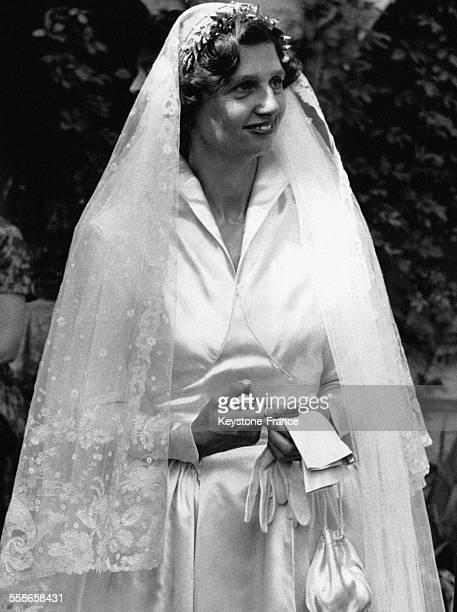 Un peu nerveuse la jeune mariee l'archiduchesse Charlotte d'Autriche met son alliance autour du majeur le 25 juillet 1956 a Pocking Allemagne