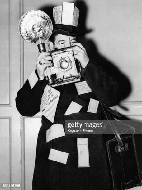 Un photographe muni de tous ses laisserpassers qu'il a accroché à son manteau et sur son chapeau est prêt pour assister à l'Inauguration Day à...