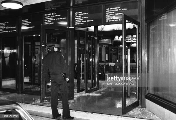 Un policier bloque l'une des entrées de la Galerie du Claridge sur les ChampsElysées le 03 février 1986 à Paris après un attentat qui a fait huit...