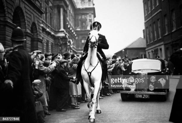 Un policier à cheval dégage la route pour la voiture de Monsieur Atlee à Londres RoyaumeUni le 25 février 1950