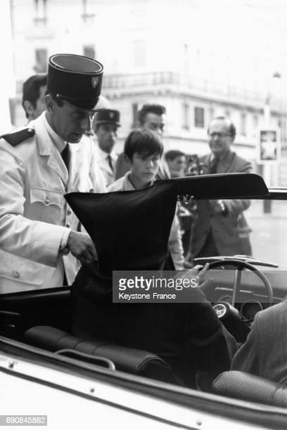 Un policier verbalise Dominique Webb magicien qui conduisait avec une cagoule sur les yeux à Paris France le 23 août 1968