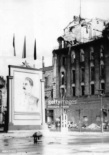 Un portrait géant de Staline est placé devant un immeuble en ruines à Berlin Allemagne le 5 juillet 1945