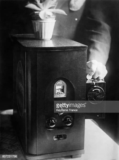 Un poste de radio qui diffuse la musique au choix de façon autonome le 17 janvier 1933 en Allemagne