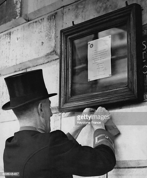 Un representant de la Couronne britannique affiche a Mansion House l'annonce officielle de la naissance de la Princesse Anne deuxieme enfant de la...