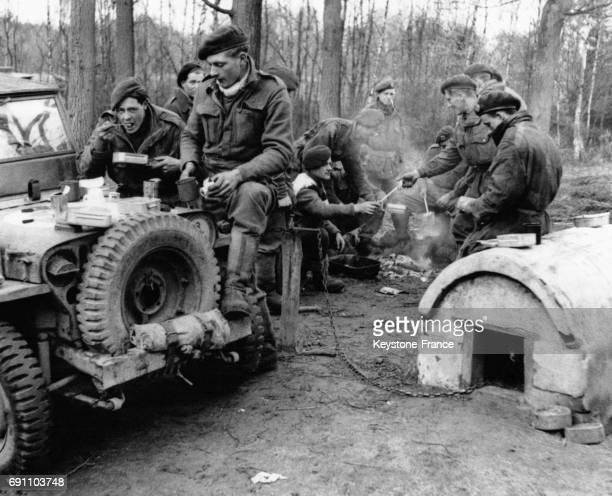 Un régiment de soldats britanniques une pause pour prendre un repas chaud lors de l'avancée alliée en Westphalie en avril 1945 en Allemagne
