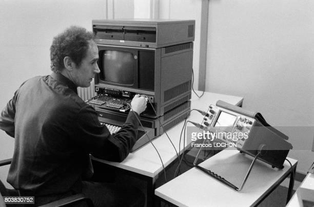 Un réparateur d'ordinateur de la marque Intel une entreprise du secteur de l'électronique en février 1980 en France