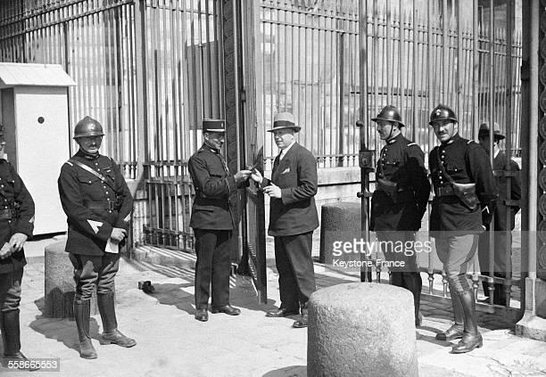 Un service d'ordre filtre soigneusement toutes les personnes munies de cartes spéciales désirant entrer au Château de Versailles France le 13 mai 1931