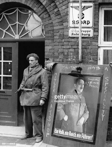 Un soldat britannique facétieux a dessiné sur un portrait d'Hitler à l'entrée de l'ancien QG nazi de la ville en avril 1945 à Rotenburg Allemagne
