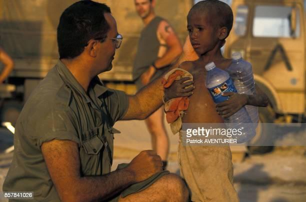 Un soldat de l'armee francaise a Hodur parle avec un petit garcon pendant l'operation militaire Restore Hope en janvier 1993 en Somalie