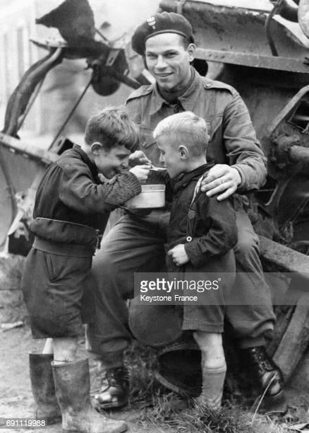 Un soldat polonais partage son déjeuner avec deux enfants hollandais en octobre 1944 à Tilburg aux PaysBas