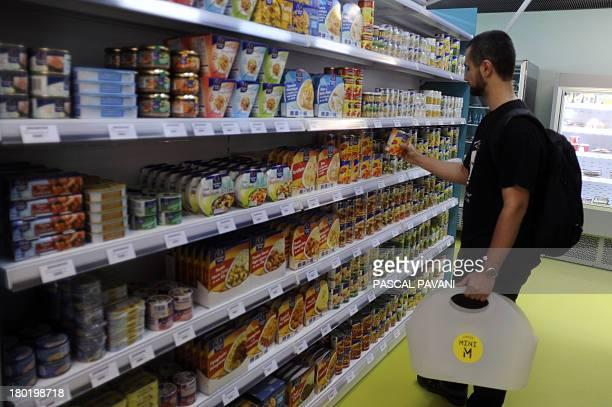 Un étudiant achète des produits dans une epicerie Mini M un nouveau concept d'epicerie de proximité pour étudiants le 09 septembre 2013 à Toulouse...