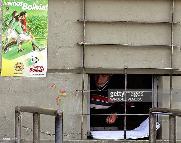 Un vendedor de entradas espera poraficionado en una de las boleterias del estadio Hernando Siles en La Paz el 07 de octubre de 2005 donde Bolivia y...