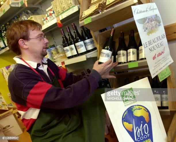 un vendeur de la coopérative bio met en place du Beaujolais nouveau bio le 17 novembre 2000 à Hérouville / AFP / Mychele DANIAU