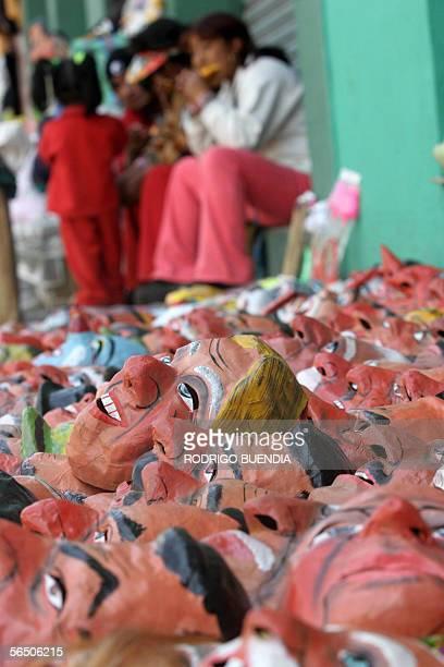 Una familia vende caretas de politicos y personajes de caricatura en una calle de Quito el 30 de diciembre de 2005 La tradicion ecuatoriana de fin de...