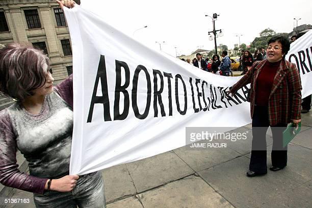 Una mujer contraria a la legalizacion del aborto trata de impedir que activistas a favor del mismo se puedan manifiestar con una performance...