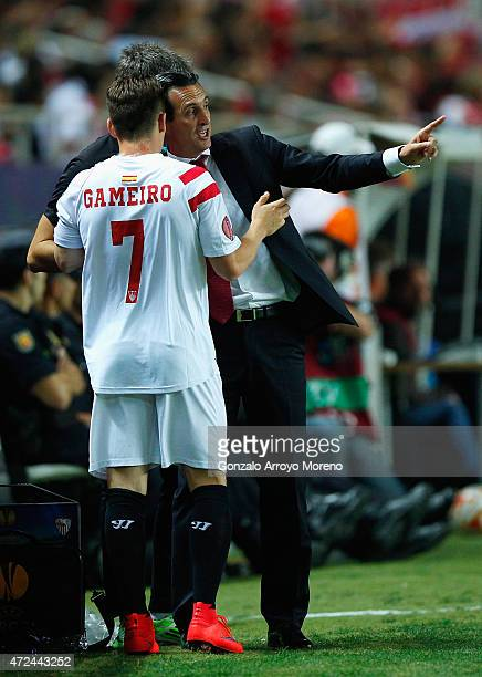 Unai Emery coach of Sevilla talks to Kevin Gameiro of Sevilla during the UEFA Europa League Semi Final first leg match between FC Sevilla and ACF...