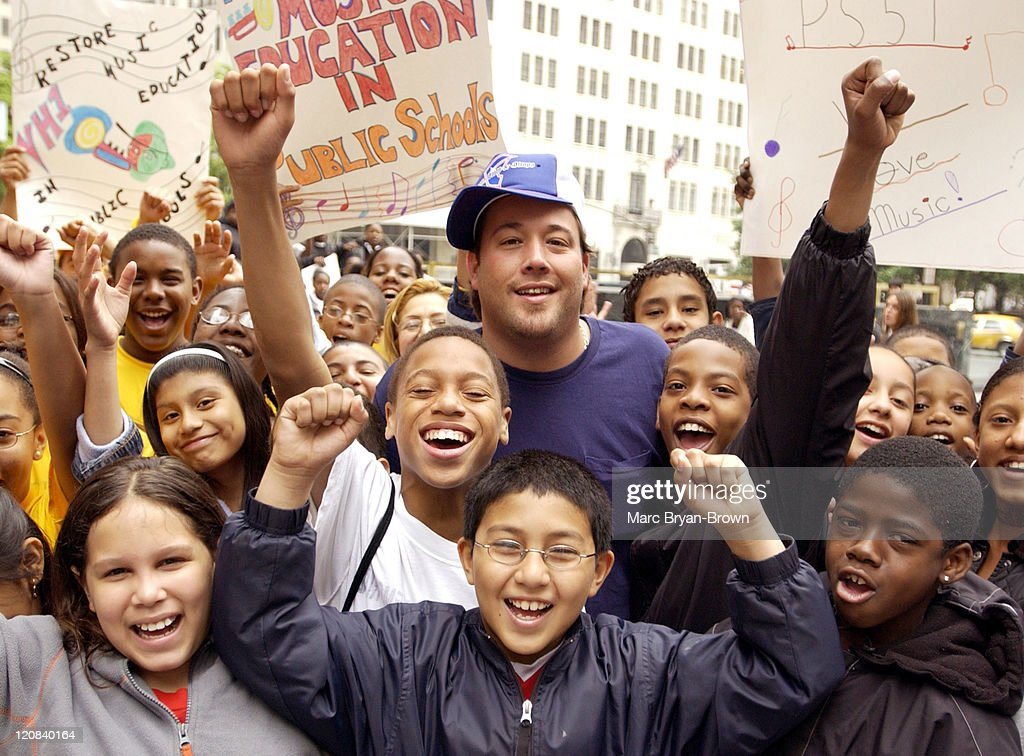 Uncle Kracker and fans during Uncle Kracker Performs on CBS's 'The Early Show' for VH1's Save the Music at CBS Early Show Studio F Fifth Avenue...