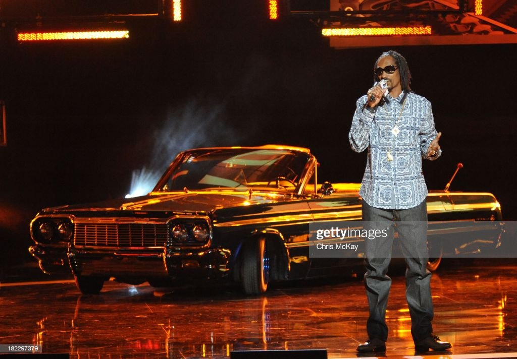 Uncle <a gi-track='captionPersonalityLinkClicked' href=/galleries/search?phrase=Snoop+Dogg&family=editorial&specificpeople=175943 ng-click='$event.stopPropagation()'>Snoop Dogg</a> arrives onstage to host the BET Hip Hop Awards 2013 at the Boisfeuillet Jones Atlanta Civic Center on September 28, 2013 in Atlanta, Georgia.