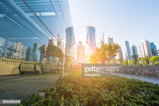 아래쪽 파노라마와 원근 보기 강철 유리 높은 상승 건물 마천루, 성공적인 산업 구조의 비즈니스 개념 : 스톡 사진