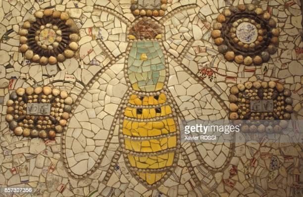Une abeille et des motifs geometriques dans la maison en vaisselle cassee de Robert Vasseur le 12 septembre 1992 a Louviers France