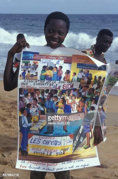 Une affiche pour l'utilisation de perservatifs de l'association Aude pendant une demonstration de prevention en avril 1994 en Cote d'Ivoire