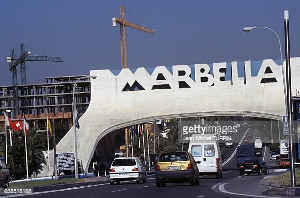 Une avenue à l'entrée de Marbella Espagne en juin 2000