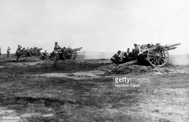 Une batterie d'artillerie espagnole desservie par les cadets de l'Ecole d'Artillerie de Carabanchel en Espagne le 23 juin 1932