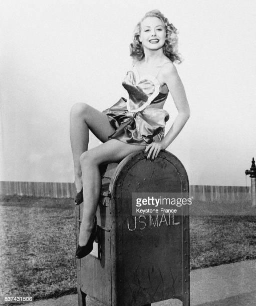 Une belle jeune femme assise sur une boîte aux lettres aux EtatsUnis