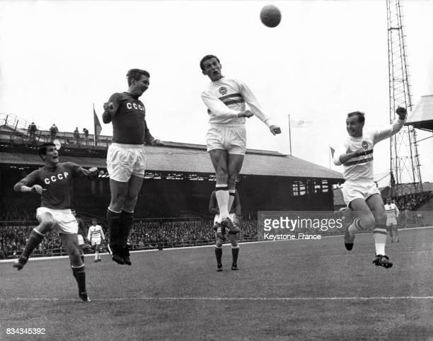 Une duel dans les airs durant le match opposant l'Union soviétique à la Hongrie au stade de Roker Park Sunderland RoyaumeUni le 23 juillet 1966