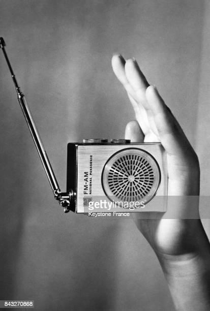 Une entreprise japonaise va commercialiser des miniradios plus petites qu'un étui à cigarettes circa 1940 au Japon
