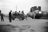 Une famille de tziganes attend sur sa charrette le passage du train Serbe Tomica avant de regagner le 30 septembre 2000 le camp de Plemetina au...