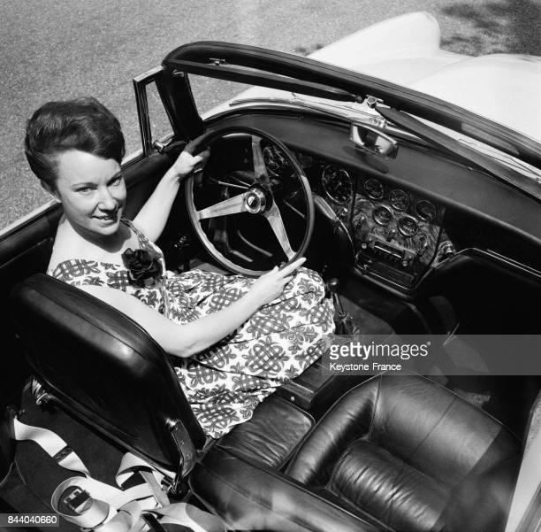 Une femme au volant de la nouvelle voiture Facel Vega 6 présentée au Bois de Boulogne à Paris France le 20 mai 1964