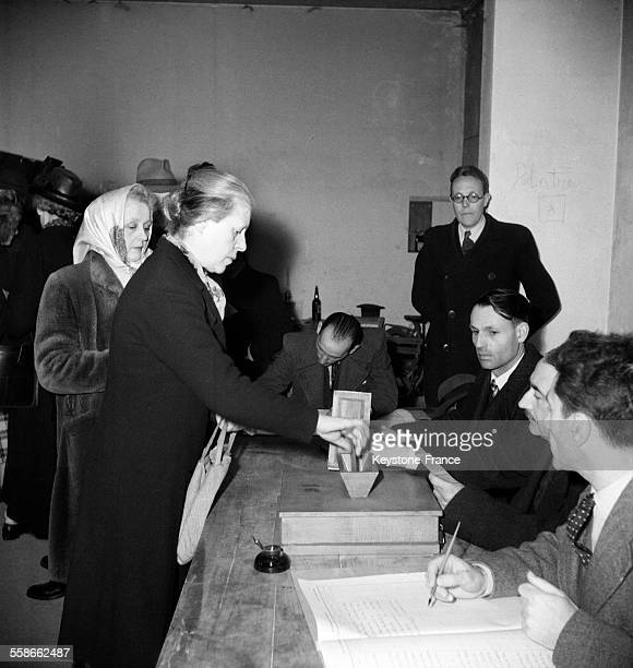 Une femme en train de voter c'est la première fois que les femmes votent lors des élections municipales françaises en France en avril 1945 Le 21...