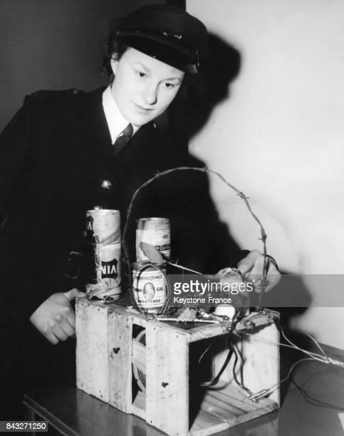 Une femme en uniforme démontre comment fabriquer ingénieusement une radio sans fil à partir d'éléments du quotidien recyclés au Radio Show le 24 août...