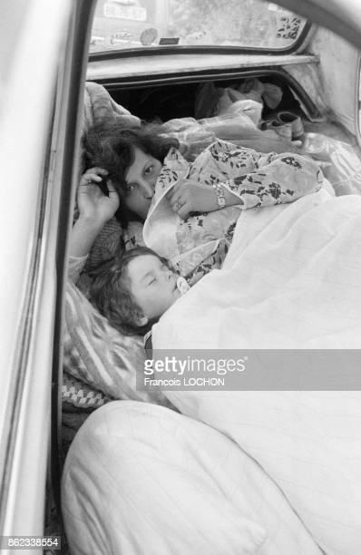 Une femme et son enfant rescapés d'un séisme dans la région du Monténégro installés dans une voiture le 16 avril 1979 en Yougoslavie