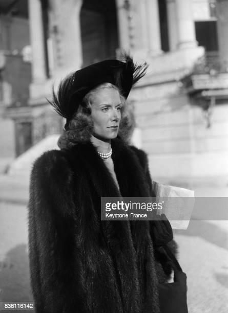 Une femme vêtue d'un manteau de fourrure et portant un chapeau orné d'une grande plume à Paris France en 1946