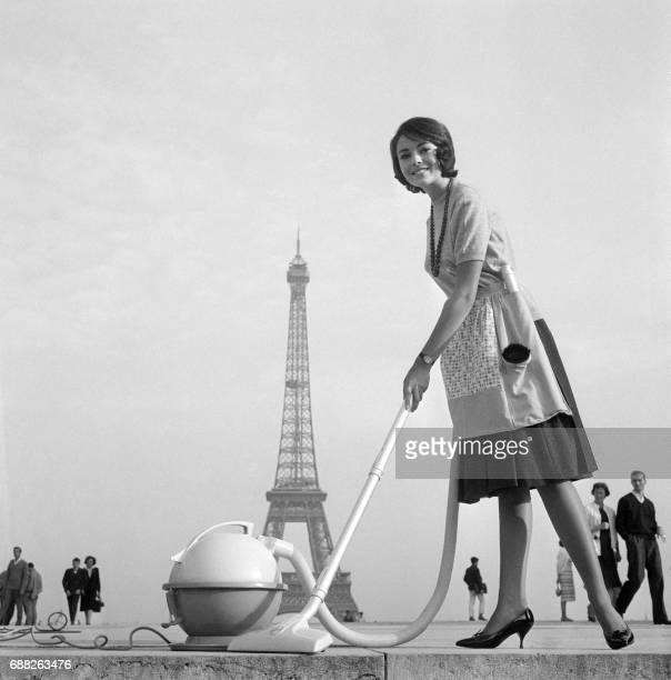 Une jeune femme présente l''aspirateur volant' sur le parvis du Trocadéro à Paris le 23 septembre 1960 / AFP PHOTO /
