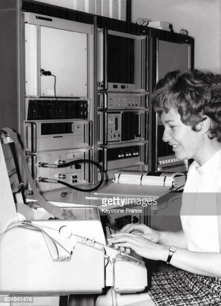 Une jeune femme travaillant sur un ordinateur à Munich Allemagne en novembre 1970