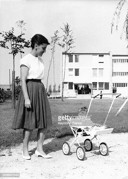 Une jeune maman et son bébé devant le pavillon réservé à la mère et son enfant à l Porte des Lilas Paris France le 19 septembre 1961