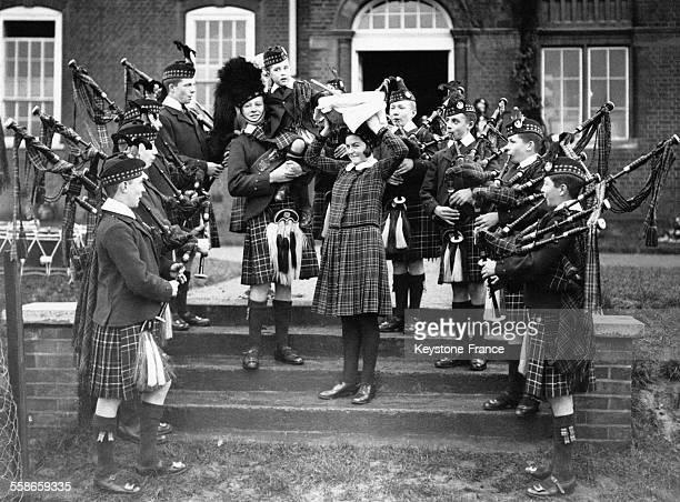 Une joyeuse bande de la London Caledonian School annonce l'achèvement du gateau de Noël à Londres RoyaumeUni le 4 décembre 1933