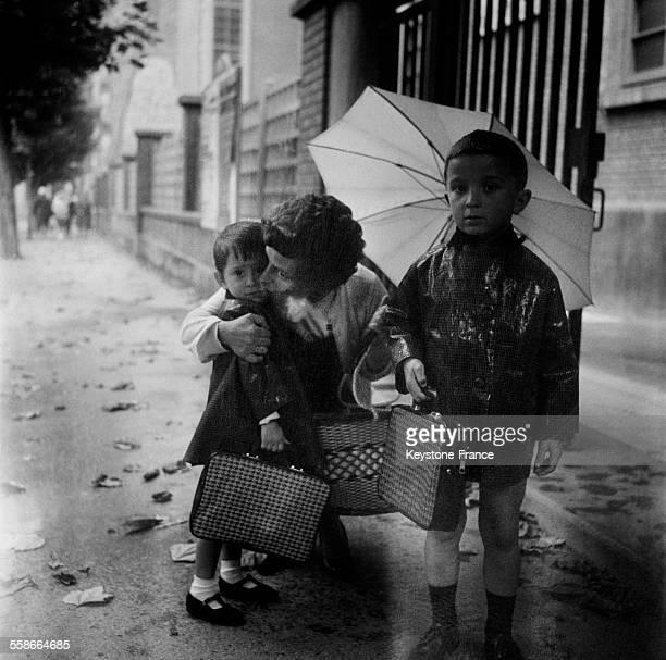 Une mère embrasse son enfant lors de la rentrée scolaire à Malakoff France le 17 septembre 1965