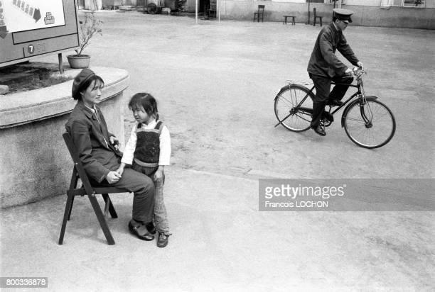 Une mère et sa petite fille dans une rue de Pékin en février 1979 en Chine