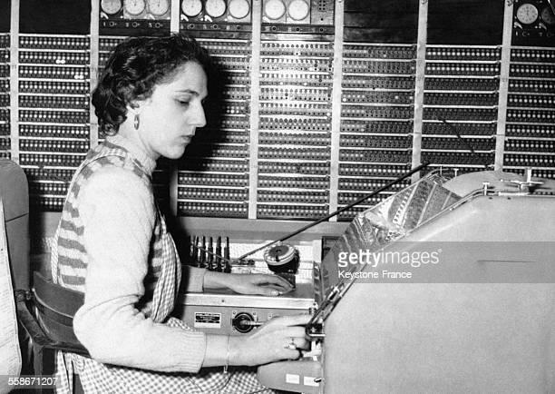 Une opératrice aux commandes du premier central automatique télex permettant aux habitants de la région parisienne et de quelques départements plus...