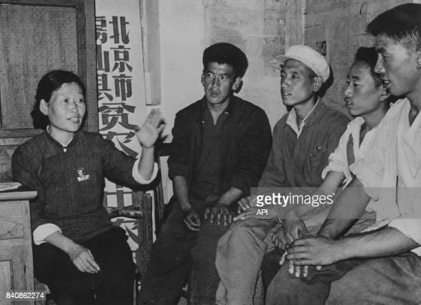 Une paysanne révolutionnaire enseigne la pensée de Mao dans le district de Fangshan le 9 décembre 1967 à Pékin Chine