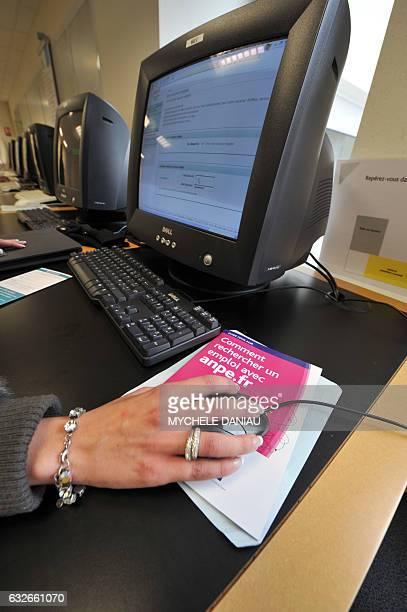 Une personne consulte des offres d'emploi sur un ordinateur le 31 octobre 2008 dans une agence de l'ANPE à Caen Le nombre de chômeurs inscrits à...