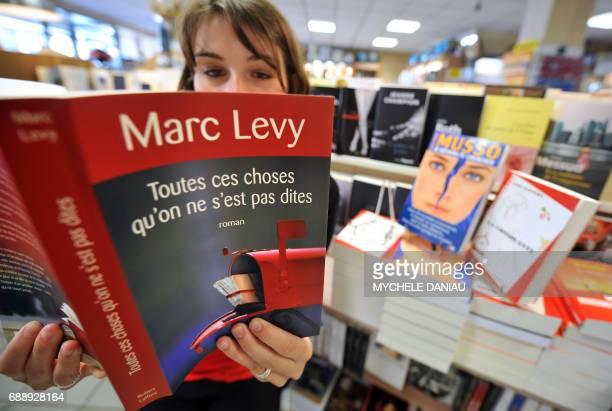 Une personne feuillette le 4 juin 2008 dans une librairie de Caen le dernier roman de Marc Levy 'Toutes ces choses qu'on ne s'est pas dites' Marc...