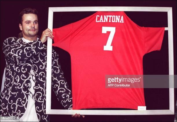 une personne présente le maillot du footballeur Eric Cantona à Manchester United adjugé 55000 francs le 19 mai à Bordeaux lors d'une vente aux...