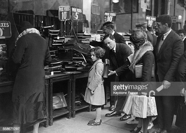 Une petite écolière essayant une sacoche neuve pour la rentrée scolaire en France le 18 septembre 1931