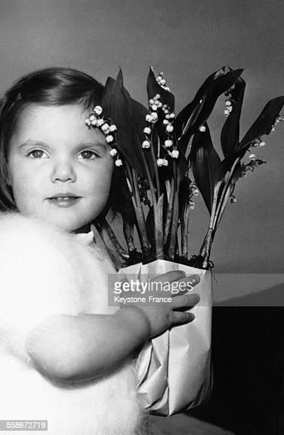 Une petite fille a acheté un bouquet de muguet le 26 avril 1958 en France