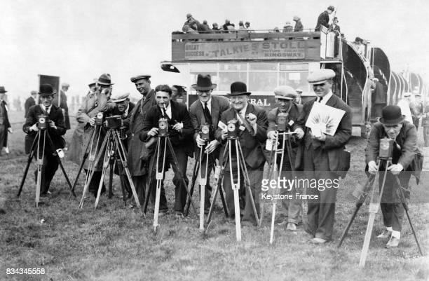 Une rangée de photographes prêts à photographier la course hippique à Epsom RoyaumeUni en juin 1929